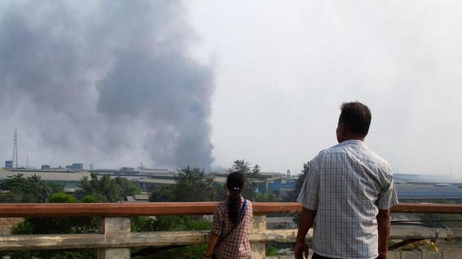 Đại sứ quán Trung Quốc tại Myanmar cho biết, 37 công ty Trung Quốc đã phastaans công, đốt phá (Ảnh: Dwnews).