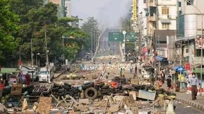 Đường phố Yangon dẫn vào khu công nghiệp Hlaing Thaya đầy chướng ngại vật do người biểu tình dựng lên (Ảnh: Golden Phoenix).
