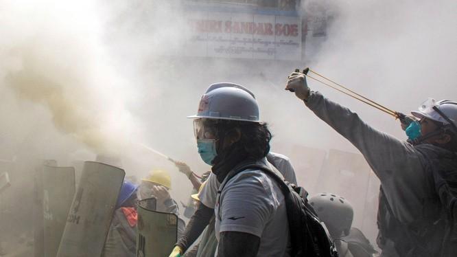 Người biểu tình Myanmar chống trả lực lượng an ninh (Ảnh: AP).