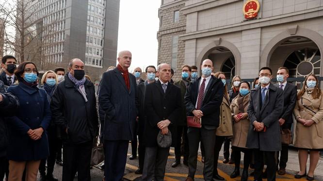 28 nha ngoại giao của 26 nước tụ tập trước Tòa án Bắc Kinh phản đối vụ xét xử nhà ngoại giao Canada Michael Kovrig (Ảnh: Reuters).