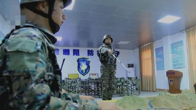 Quan đội Trung Quốc diễn tập tấn công Đài Loan trên sa bàn (Ảnh: CCTV).