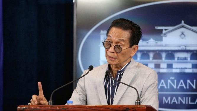 Ông Salvador Panelo, Cố vấn pháp lý của Tổng thống Philippines Duterte cảnh báo Trung Quốc về việc tập kết lâu dài các tàu dân quân ở Ba Đầu (Ảnh: Ptvnews).