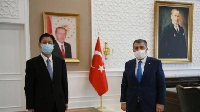 Đại sứ Trung Quốc tại Thổ Nhĩ Kỳ Lưu Thiếu Bân (trái), người bị triệu tập hôm 6/4 về hai bản tweet gây hấn (Ảnh: ETtoday).