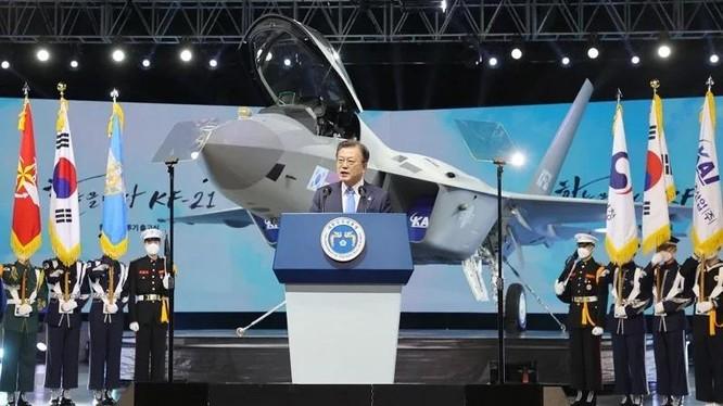 Tổng thống Moon Jae-in tại buổi lễ ra mắt chiếc máy bay mẫu KF-21 (Ảnh: AFP).