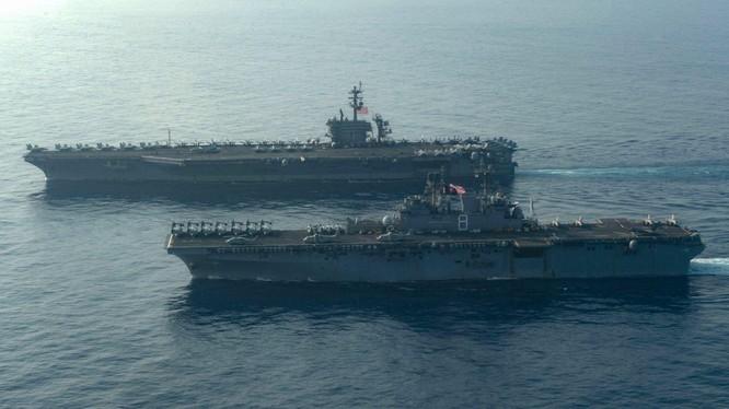 Tàu sân bay USS Theodore Roosevelt và tàu tấn công đổ bộ USS Makin Island của Mỹ đang tập trận trên Biển Đông (Ảnh: Đa Chiều).