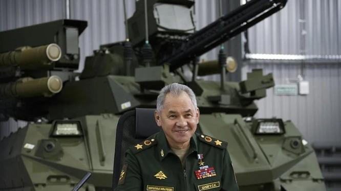 Bộ trưởng Quốc phòng Nga Sergei Shoigu thị sát công ty nghiên cứu chế tạo robot chiến đấu (Ảnh: TASS).