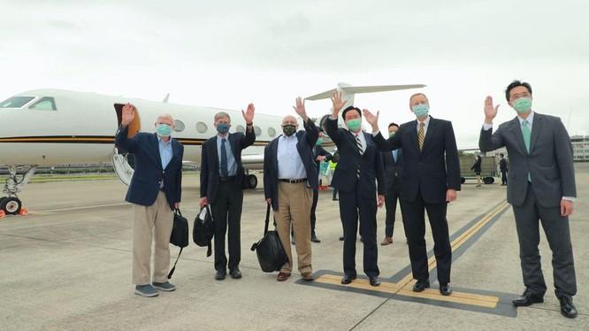 Ông Ngô Chiêu Nhiếp (thứ 3, phải sang) đón phái đoàn do ông Joe Biden cử sang tại sân bay (Ảnh:Twitter@MOFA Taiwan).