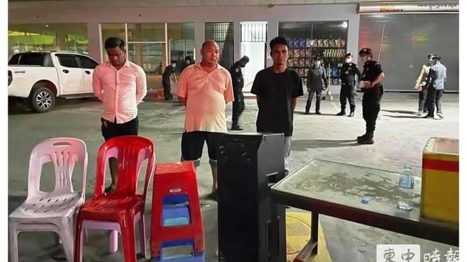 Tướng Ong Chanthouk (giữa) và 2 nhân viên bị cảnh sát bắt và còng tay (Ảnh: Khmer Times).
