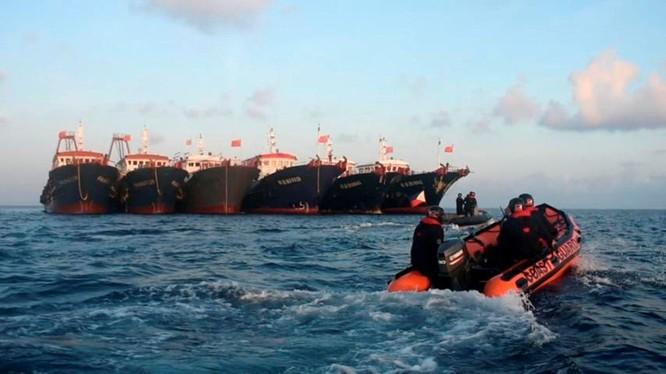 Xuồng của Cảnh sát biển Philippines tiếp cận các tàu Trung Quốc neo đậu trên bãi Ba Đầu (Ảnh: Reuters).