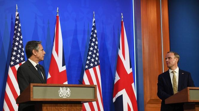 Ngoại trưởng Mỹ Antony Blinken và Ngoại trưởng Anh Dominic Raab tổ chức họp báo chung hôm 3/5 (Ảnh:AP).