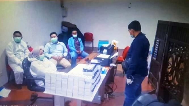 Các nghi phạm là nhân viên Công ty Kimia Farma bị cảnh sát bắt giữ hôm 29/4 (Ảnh: coconut).