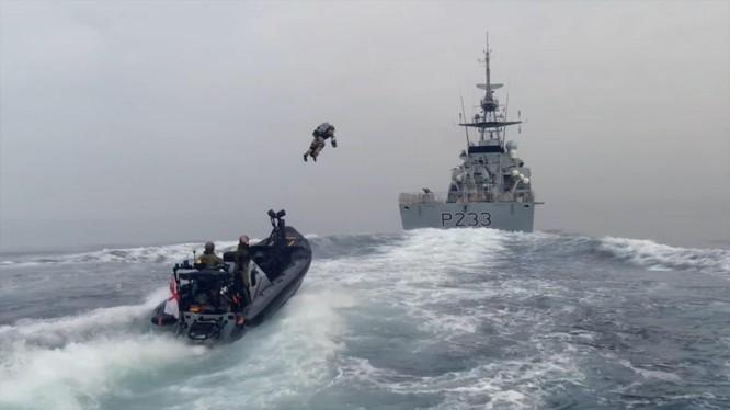 Lính đặc nhiệm tập bay đột kích từ xuồng cao tốc lên tàu đối phương (Ảnh: Hk01).