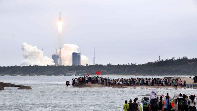 Quang cảnh phóng tên lửa Trường Chinh - 5B ở Hải Nam hôm 29/4 (Ảnh: Tân Hoa xã).