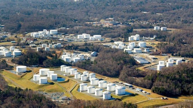Một kho trung chuyển xăng dầu của Colonial Pipeline, công ty đang bị hacker tấn công (Ảnh: Dwnews).