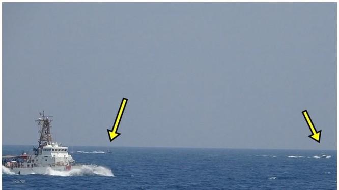 Các tàu cao tốc Iran (mũi tên) tiếp cận tàu Mỹ (Ảnh: Đông Phương).