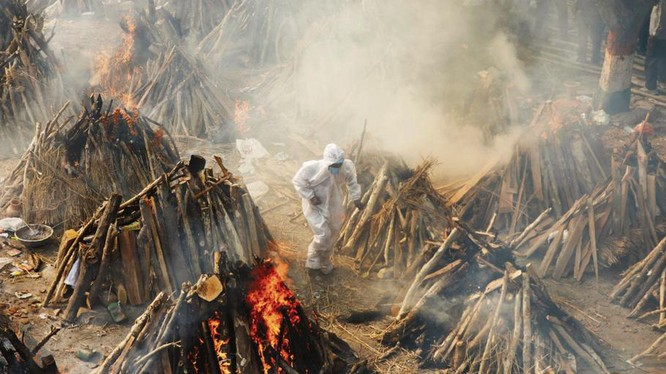 Cacs giàn thiêu chật kín trong lò hỏa táng nơi Jyot điều hành (Ảnh: Đa Chiều).