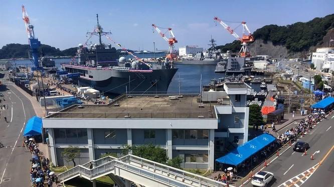 Căn cứ Hải quân Yokosuka, nơi nhà đầu tư Trung Quốc mua đất với các ngôi nhà cao tầng có tầm nhìn kiểm soát nó (Ảnh: USNavy).