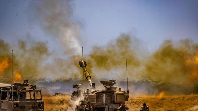 Pháo tự hành Israel pháo kích sang Dải Gaza (Ảnh: Dwnews).