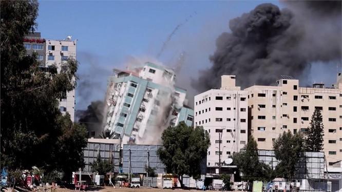 Tòa nhà 12 tầng bị sập sau khi trúng liên tiếp 3 quả tên lửa từ máy bay Israel (Ảnh: Sohu).