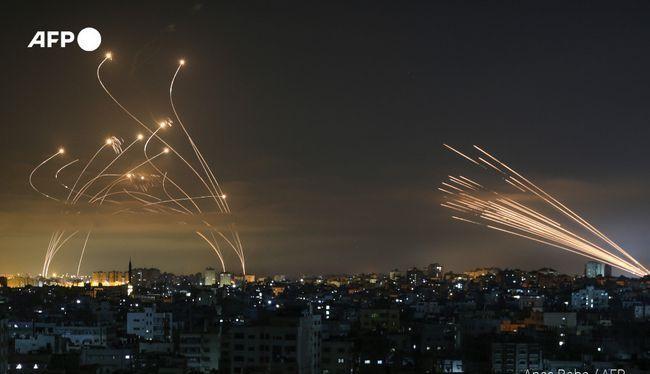 Tên lửa của Hamas bắn sang Israel (phải) và hệ thống Vòm Sắt tiến hành đánh chặn (trái ảnh) Ảnh: AFP.