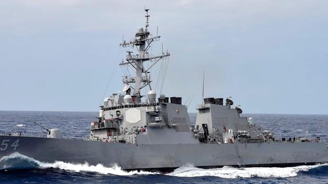 Tàu khu trục USS Curtis Wilbur (DDG-54) tiến hành hoạt động tự do hàng hải trên Biển Đông (Ảnh: HĐ7).