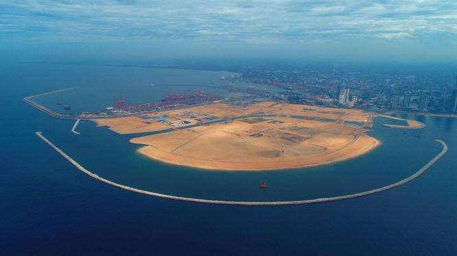 """Công trình cảng Colombo của Sri Lanka trong Sáng kiến """"Vành đai, con đường"""" đang được Tập đoàn Công trình Giao thông Trung Quốc xây dựng (Ảnh: Tân Hoa xã)."""