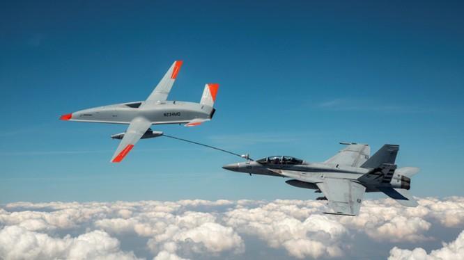 Chiếc UAV MQ-25A đang thực hiện tiếp dầu trên không cho chiếc FA/18F (Ảnh: Boeing).