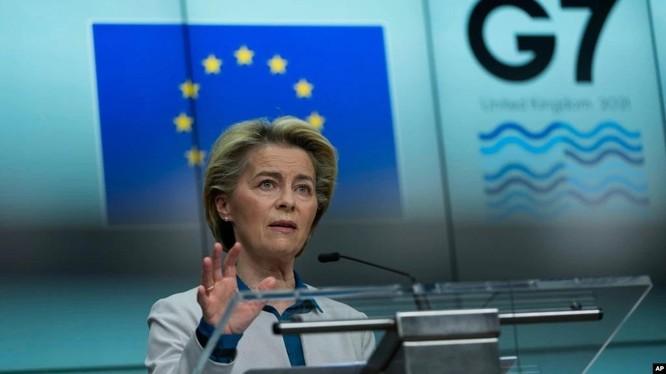 Chủ tịch Ủy ban châu Âu, bà Ursula von der Leyen tuyên bố tại cuộc họp báo hôm 10/6 ủng hộ điều tra lại nguồn gốc SARS-CoV-2 (Ảnh: AP).