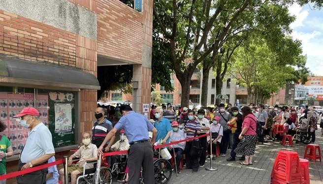 Người già ở Đài Bắc xếp hàng chờ tiêm vaccine (Ảnh: UDN).