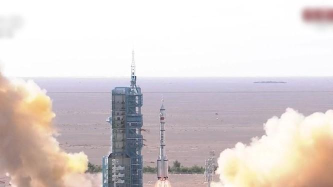 Tàu Thần Châu nằm trên phần đầu của tên lửa mang Trường Chinh 2 rời bệ phóng (Ảnh: Đông Phương).