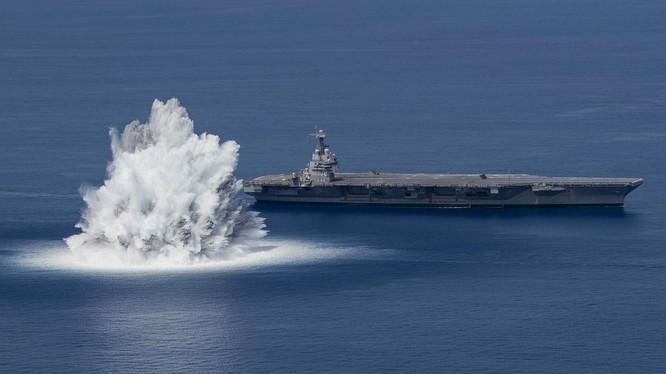 Mỹ sử dụng gần 20 tấn thuốc nổ gây vụ nổ tương đương động đất 3,9 độ Richter để thử độ bền tàu sân bay mới (Ảnh: USD Navy).