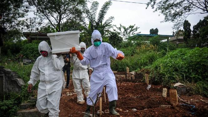 Làn sóng dịch do chủng đột biến Delta gây ra đang càn quét Indonesia khiến số người nhiễm đã vượt mốc 2 triệu, mỗi ngày có thêm hơn 10 ngàn người mới nhiễm, mấy trăm người chết (Ảnh: Reuters).