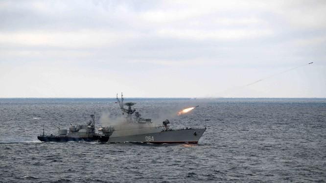 Hải quân Nga tập trận trên Biển Đen (Ảnh: AP).