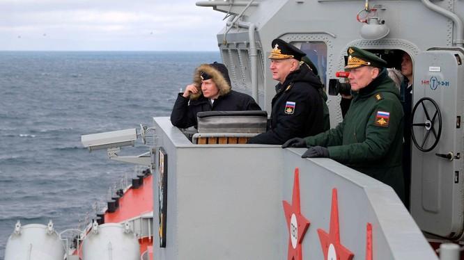 Tổng thống Putin trên tàu chiến thị sát tập trận trên Biển Đen (Ảnh: AP).
