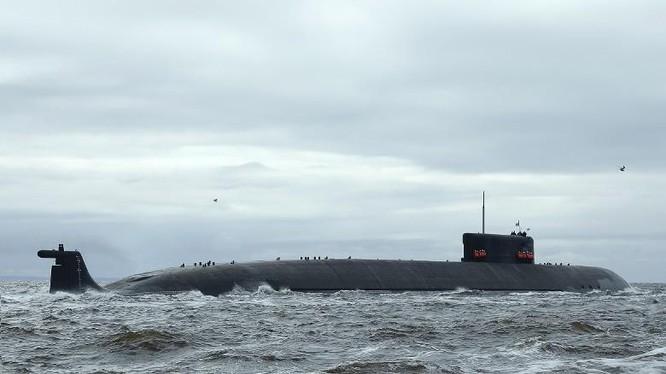 Tàu ngầm đặc nhiệm Belgorod K-239 của Nga rời cảng ra biển thử nghiệm (Ảnh: Đông Phương).