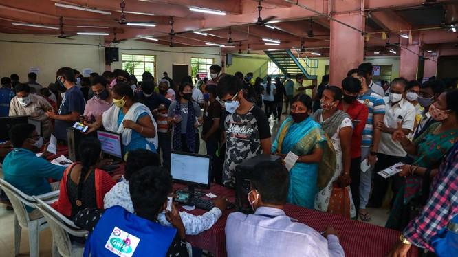Người nhiễm bệnh đang tăng trở lại, nguy cơ đợt dịch thứ 3 ở Ấn Độ sắp bùng phát (Ảnh: AP).