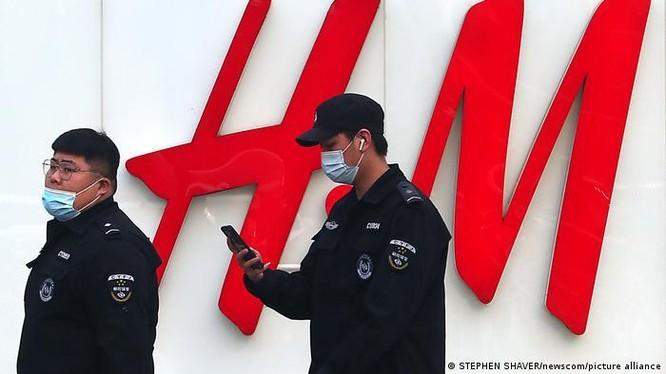 Vụ tẩy chay nhãn hiệu thời trang H&M vì không sử dụng bông Tân Cương là một vụ điển hình của chủ nghĩa dân tộc phát tác (Ảnh: Deutsche Welle).