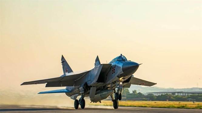 MiG-31K mang tên lửa siêu thanh Kinzhal hạ cánh xuống sân bay Khmemin ở Syria (Ảnh: RAF).