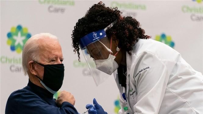 Tổng thống Mỹ Joe Biden là một trong những nguyên thủ quốc gia đầu tiên trên thế giới tiêm vaccine COVID-19 (Ảnh: AP).