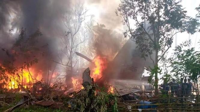Chiếc C-130 bốc cháy dữ dội sau khi rơi (Ảnh: Đông Phương).