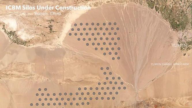 """Ảnh vệ tinh chụp các cấu trúc được cho là """"giếng phóng tên lửa liên lục địa"""" trên sa mạc gần Ngọc Môn, Cam Túc, Tây Bắc Trung Quốc (Ảnh: Dwnews)."""