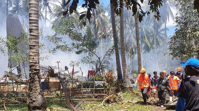 Các nhân viên cứu hộ tìm kiếm, cứu chữa các nạn nhân (Ảnh: AP).