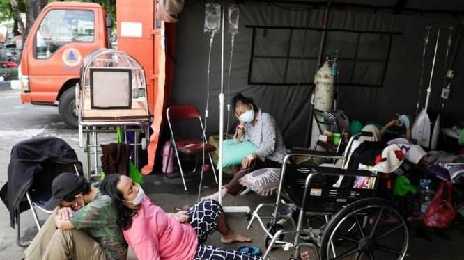 Do các bệnh viện quá tải, người bệnh phải nằm, ngồi trong các căn lều tạm (Ảnh: storm).