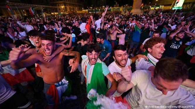 Tại một điểm xem công cộng ở Rome, người dân cổ vũ cho đội tuyển Italy, tình hình lây nhiễm COVID-19 trong trận đấu Italy-Tây Ban Nha vẫn chưa được biết (Ảnh: Deutsche Welle)