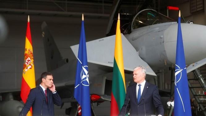 Tổng thống Litva Nauseda (phải) và Thủ tướng Tây Ban Nha Sanchez tổ chức họp báo chung tại nhà chứa máy bay của sân bay quân sự Siauliai (Ảnh: Reuters).