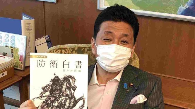 Bộ trưởng Quốc phòng Nhật Bản Nobuo Kishi với cuốn Sách Trắng Quốc phòng 2021 trên tay (Ảnh: Twitter).