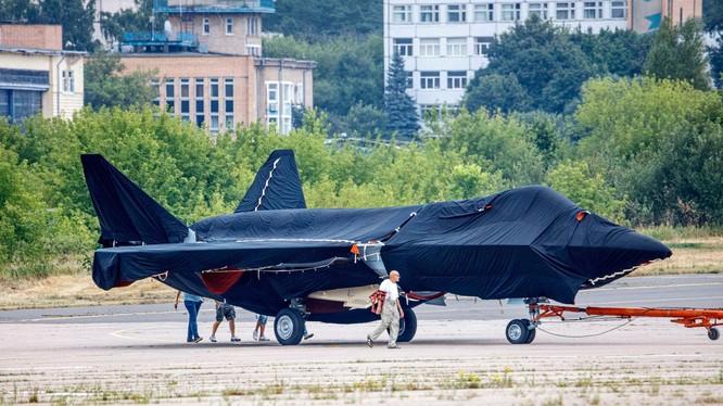 Hình ảnh chiếc máy bay bí ẩn xuất hiện tại sân bay Zhukovsky hôm 15/7 (Ảnh: AP).