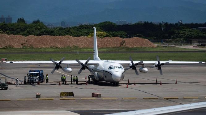 Chiếc C-130 của Không quân Mỹ từ Philippines hạ cánh xuống sân bay Đào Viên trưa 19/7 (Ảnh: CNA).