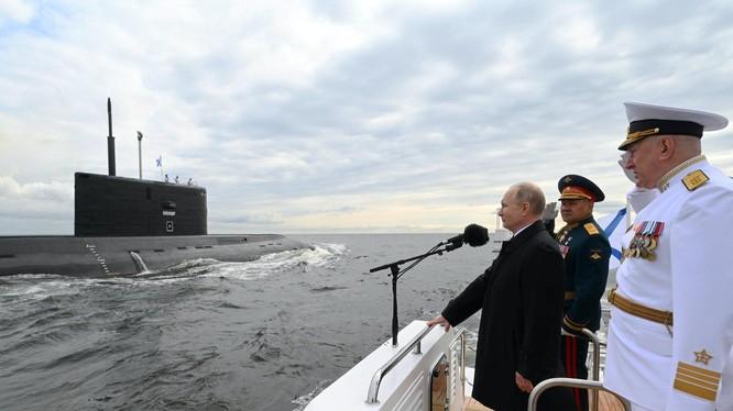 Tổng thống Putin cùng Bộ trưởng Quốc phòng và Tư lệnh Hải quân Nga kiểm duyệt các tàu trên Vịnh Phần Lan (Ảnh: Hk01).