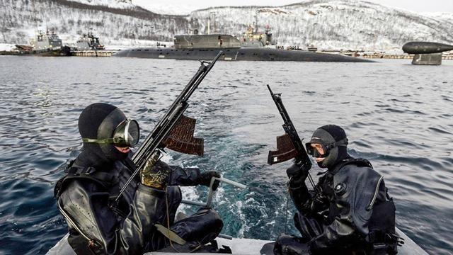 Lực lượng người nhái chiến đấu tuần tra bảo vệ căn cứ (Ảnh: toutiao).